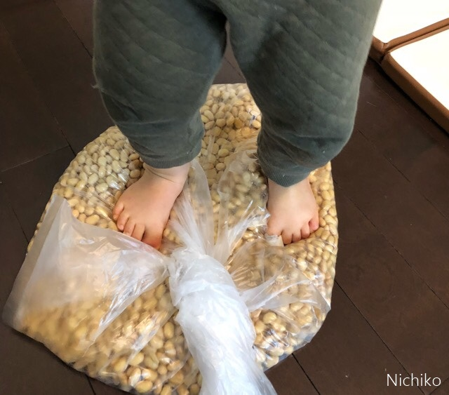 手作り味噌 ビニール袋を使って大豆を潰す