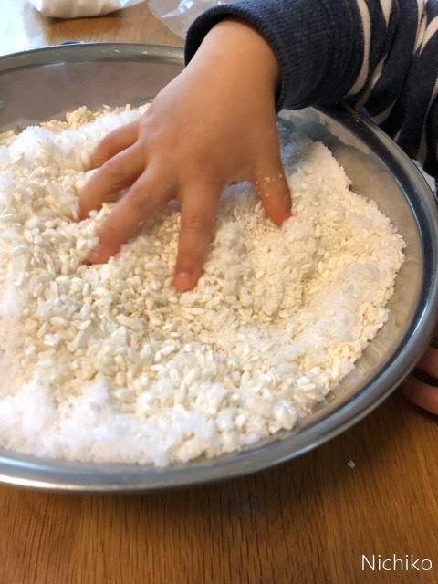 手作り味噌仕込み こうじと塩を混ぜる